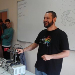 Alberto Serna Martín es ingeniero de telecomunicación por la Universidad de Extremadura. Actualmente se encuentra realizando su tesis doctoral en electromagnetismo computacional a través de una FPU, centrándose en el análisis de estructuras periódicas. Fue representante estudiantil durante 5 años y actualmente participa activamente en otras organizaciones de carácter no lucrativo orientadas al desarrollo social y tecnológico de Extremadura.