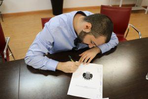 Alberto Serna firmando los estatutos de ADUEx.