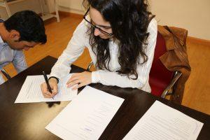 Guadalupe Nieto firmando los estatutos de ADUEx.