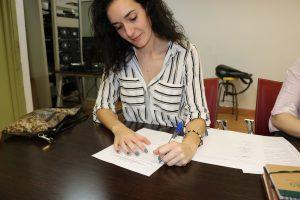 Violeta Calle firmando los estatutos de ADUEx.