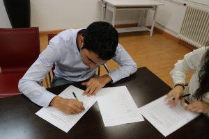 José Carlos Núñez firmando los estatutos de ADUEx.