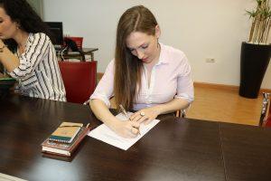 Cristina Íscar firmando los estatutos de ADUEx.
