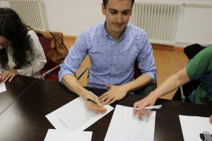 Ramón Tena firmando los estatutos de ADUEx.