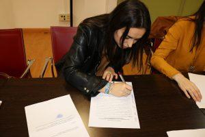 Olga Monago firmando los estatutos de ADUEx.