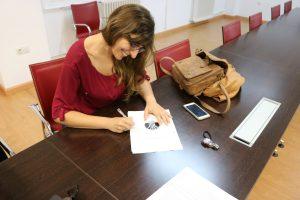 Lorena Chano firmando los estatutos de ADUEx.